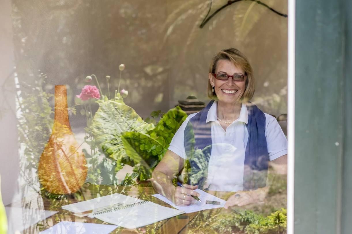 Naturopata Barcelona Dorte Froreich sentada en su escritorio en consulta
