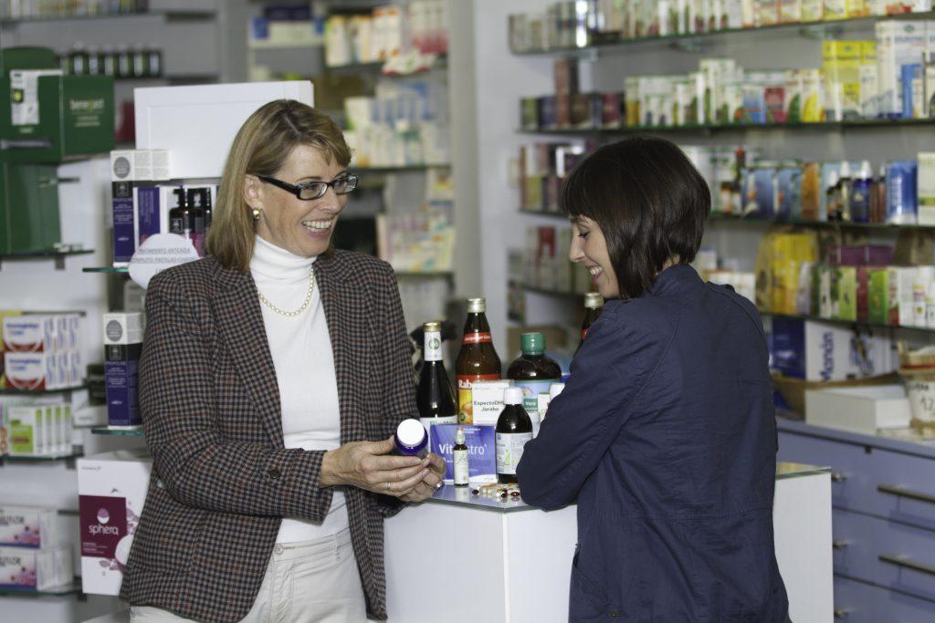 Nutricionista en Barcelona en farmacia dando suplementos